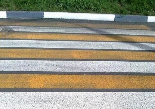 Пешеходная «зебра» пожелтела