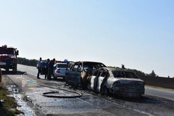 Родные участника страшной аварии ищут человека, вытащившего водителя из горящей легковушки