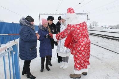 """На жд станциях Тамбовской области продолжается акция """"Полицейский Дед Мороз"""""""