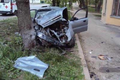 """В центре Тамбова """"ЗАЗ Шанс"""" врезался в дерево: двое в больнице"""