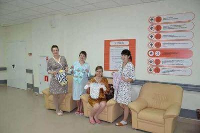 Пациенткам перинатального центра подарили наборы для новорожденных