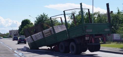 Прицеп отсоединился от МАЗа и покалечил водителя и пассажиров сзади ехавшего автомобиля