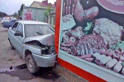 В посёлке Мучкапский мужчина врезался в магазин