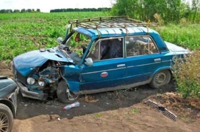 На полевой дороге в Кирсановском районе не смогли разъехаться две легковушки