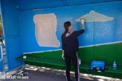 В Котовске школьный преподаватель раскрашивает остановки по собственным эскизам
