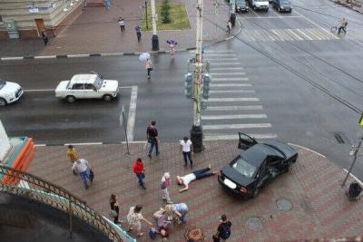 """В центре Тамбова столкнулись """"Приора"""" и пассажирский автобус: двое пострадали"""