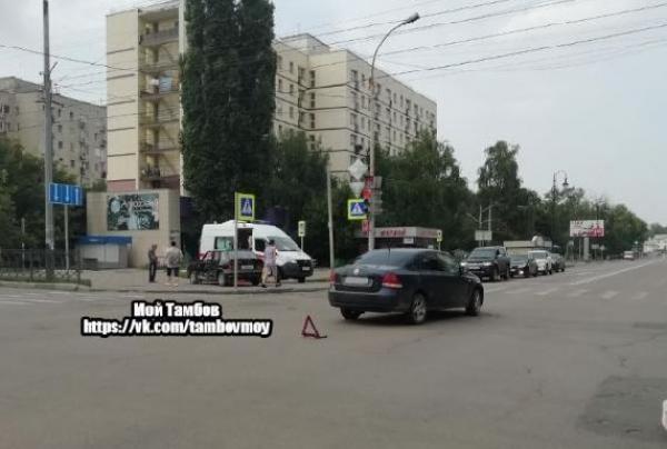 """В центре Тамбова столкнулись """"Фольксваген"""" и ВАЗ 2114: пострадали трое"""