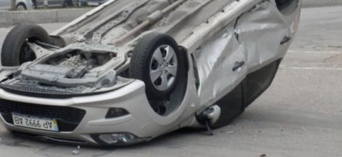 Водитель бросил своих пассажиров в перевернувшейся машине