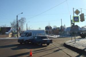 """В Тамбове столкнулись """"Жигули"""" и микроавтобус: есть пострадавший"""