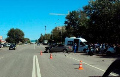 """Возле автовокзала """"Тамбов"""" дорогу не поделили две легковушки: есть пострадавшие"""