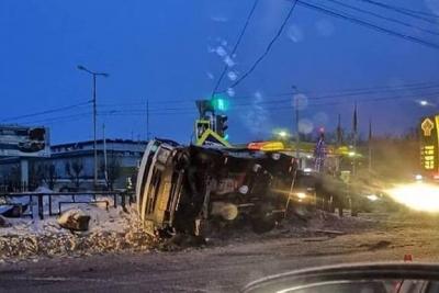 В Тамбове маршрутка с пассажирами перевернулась от столкновения с бетоновозом