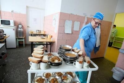 Пациенты областной детской больницы пожаловались на питание: в тарелках они нашли жука и червяка