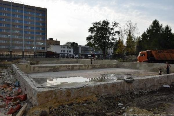 На площади Льва Толстого приступили к обустройству чаш фонтанов