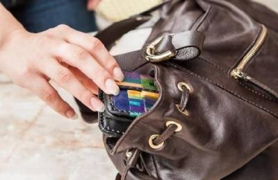 Сотрудница спорткомплекса украла сумку с деньгами у своей коллеги